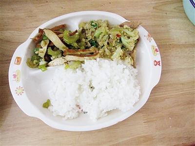 有的孩子不喜欢吃青菜,就将青菜榨成汁或做成蔬菜面.
