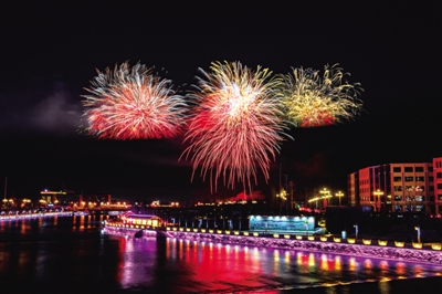 海西州各族群众闹社火赏花灯看焰火欢度元宵佳节